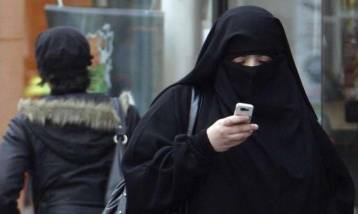 În principiu, în Franţa este interzisă disimularea feţei în spatiul public, dar legea nu este întotdeauna respectata, de exemplu în orasul Trappes...