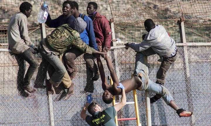 Imigranti africani încercînd sa treaca în enclava Ceuta