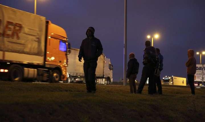"""Migranti la Calais în asteptarea unei """"ocazii"""" pentru a trece în Marea Britanie (octombrie 2014)"""