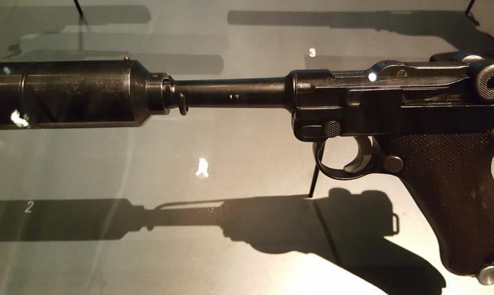 Pistolul Luger de calibru 9mm, dotat cu silentios si destinat sà-l ucidà pe Hitler la Berghof în cadrul operatiunii Foxley.