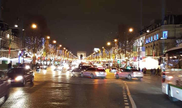 Avenue des Champs-Elysées pe înserate, în ajun de Cràciun