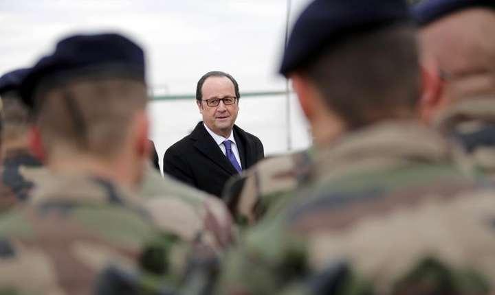 François Hollande printre militarii francezi, la Bagdad pe 2 ianuarie 2017