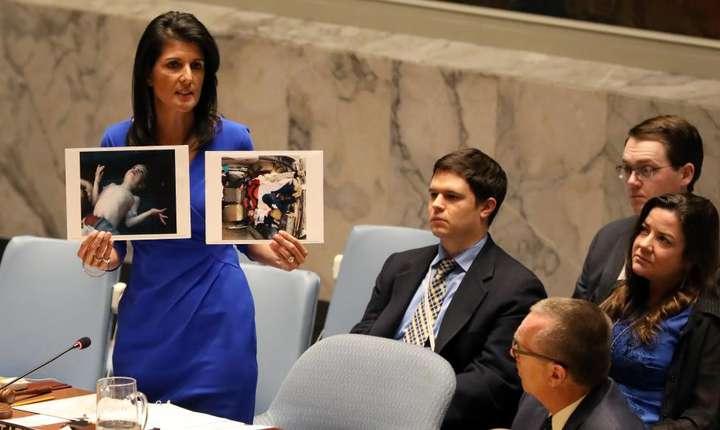 Ambasadoarea americana la ONU, Nikki Haley, prezentînd dovezi legate de atacul cu gaz sarin, pe 5 aprilie la New-York