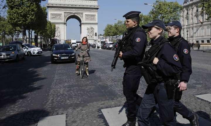 Politisti patrulînd pe Champs-Elysées