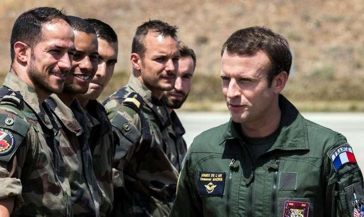 Presedintele francez Emmanuel Macron în tinuta de pilot vizitînd baza militara de la Istres, în sudul Frantei, pe 20 iulie 2017.