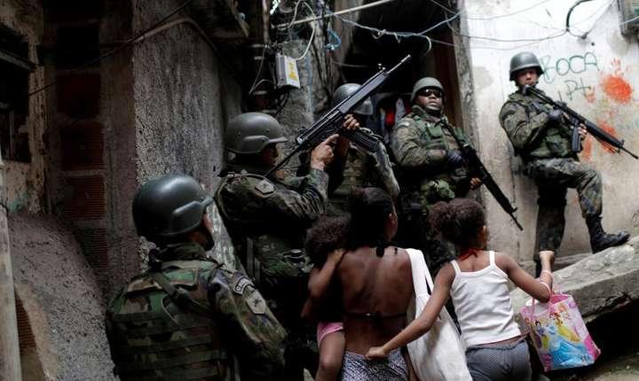 Soldati brazilieni în favela Rocinha din Rio de Janeiro