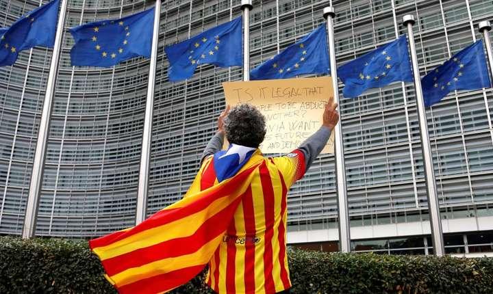 Un militant catalan separatist în fata Comisiei Europene de la Bruxelles pe 2 octombrie 2017