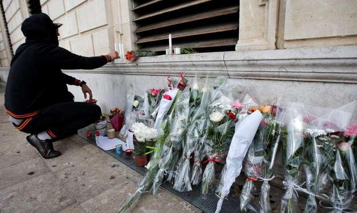 Buchete de flori pe locul unde au fost asasinate cele doua femei la Marsilia