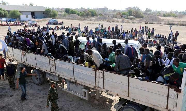 Tîrgurile de sclavi au reaparut în Libia. In fotografie: migranti retinuti la Sabratha sunt transportati în centre de detentie, 7 octombrie 2017.