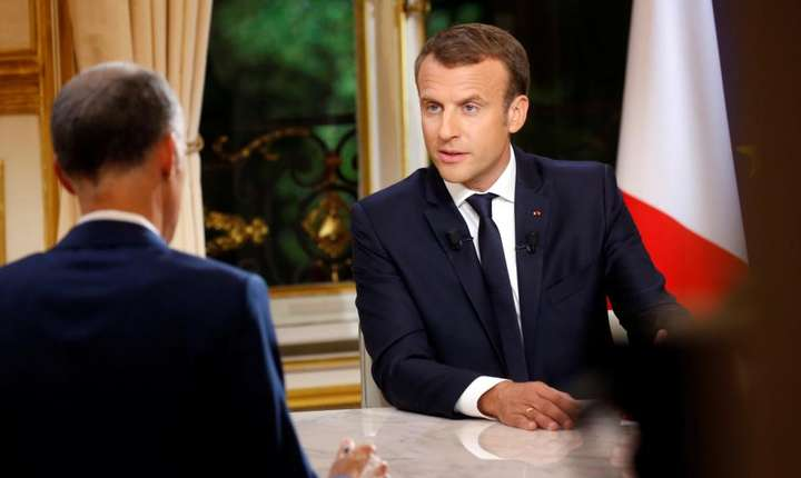 Emmanuel Macron raspunzînd întrebarilor puse de jurnalisti pe canalul de televiziune privat TF1