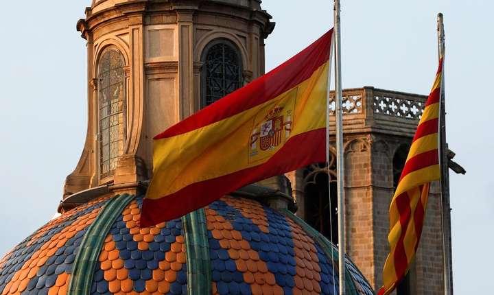 Drapelul spaniol si drapelul catalan deasupra Parlamentului Cataloniei de la Barcelona pe 27 octombrie 2017