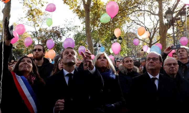 Presedintele Emmanuel Macron si primarul Parisului, Anne Hidalgo, lansînd baloane în memoria victimelor de pe 13 novembre.
