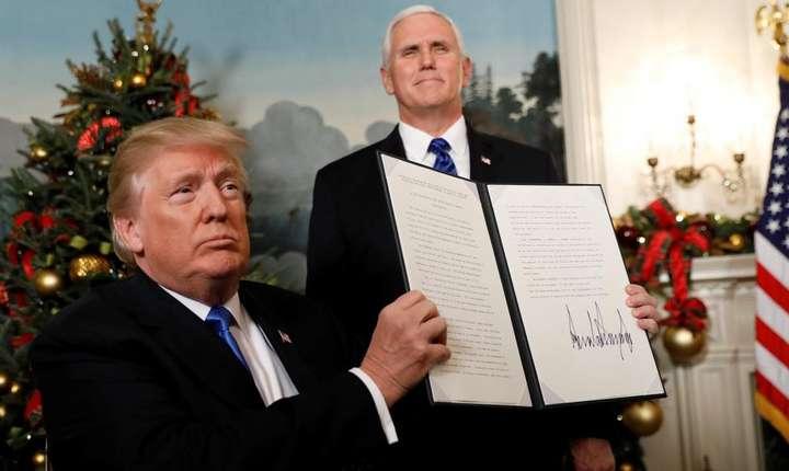 Donald Trump aratînd declaratia solemna prin care Statele Unite recunosc Ierusalimul drept capitala a statului Israel