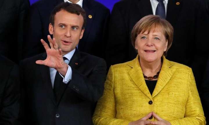 Emmanuel Macron si Angela Merkel la summit-ul european de la Bruxelles, pe 14 decembrie 2017.