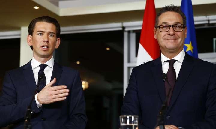 Sebastian Kurz, cancelar, si Heinz-Christian Strache, lider al extremei drepte si vice-cancelar, pe 16 decembrie 2017 la Viena.