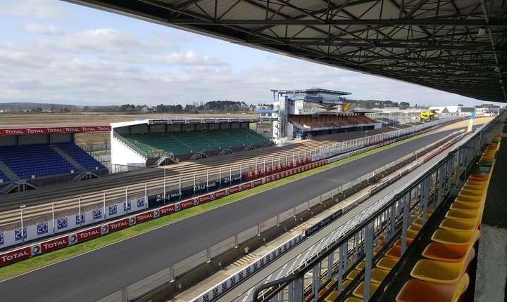 Linia de start vàzutà din tribuna principalà a circuitului de la Le Mans