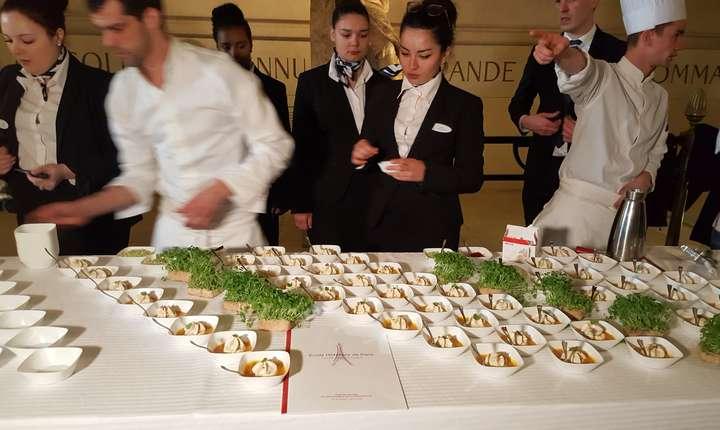 """Elevii scolii hoteliere din Paris pregàtesc masa pentru operatiunea """"Goût de France/Good France"""" gàzduità de Arcul de Triumf"""