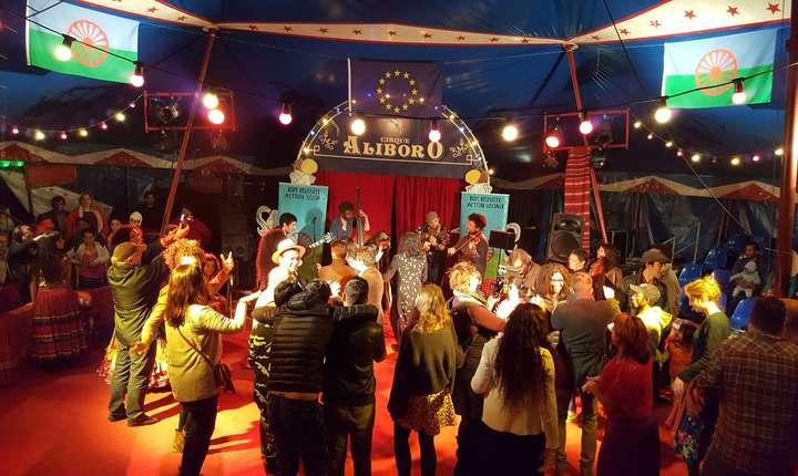 Petrecere în toi la romii din Montreuil; inclusiv spectatorii au inrat pe ringul de dans