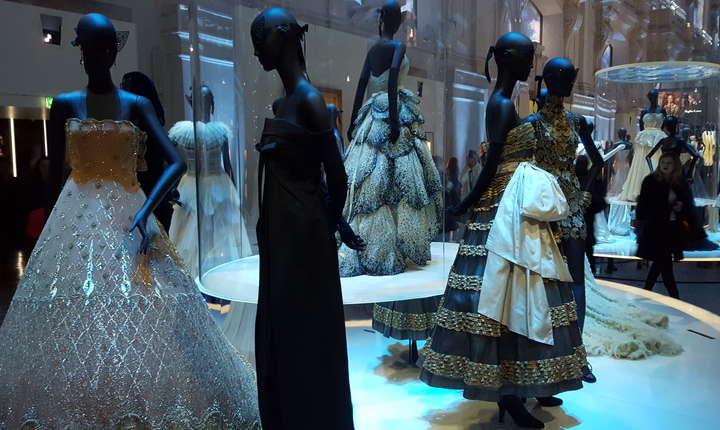 Retrospectiva Dior a atras aproape 700.000 de vizitatori la Muzeul Artelor decorative din Paris