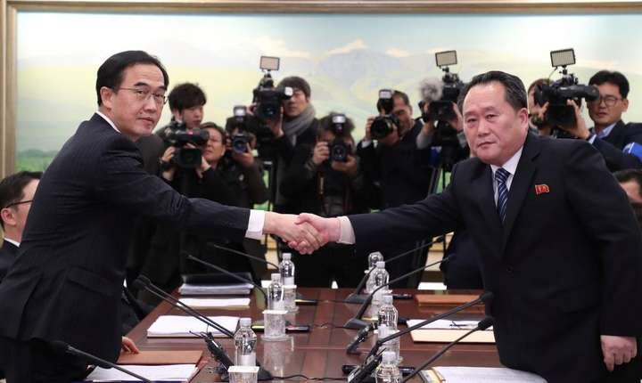 Stînga, Cho Myoung-gyon reprezentînd Coreea de Sud, la dreapta Ri Son-gwon reprezentînd Coreea de Nord, pe 9 ianuarie 2018