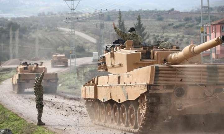Tancuri turcesti la frontiera siriana pe 21 ianuarie 2018.