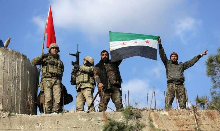 Forte turce si membri ai Armatei siriene libere arborînd drapeluri la Afrin