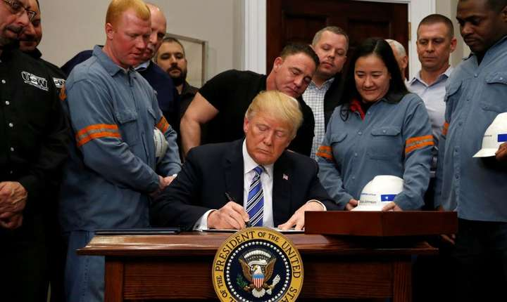 Presedintele Donald Trump semnînd la Casa Alba documentul de oficializare a taxelor vamale pe importurile de otel si aluminiu, 8 martie 2018