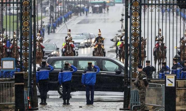 Cortegiul cu corpul neînsufletit al locotenent-colonelului Arnaud Bertrame sosind la Palatul Invalizilor