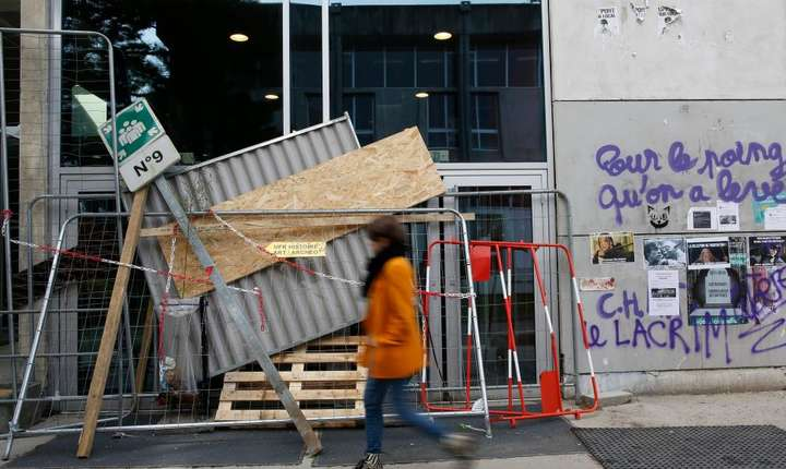 Una din intrarile Universitatii de la Nantes blocata de studentii protestatari, 5 aprilie 2018