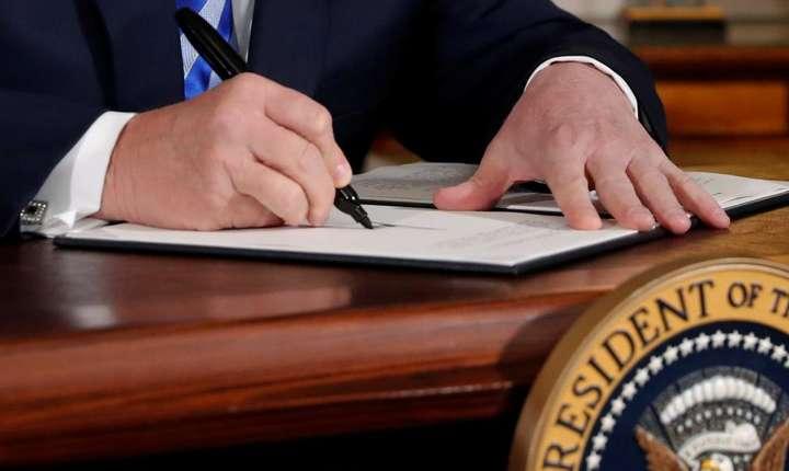 Presedintele Donald Trump semnînd decretul de retragere a Statelor Unite din acordul international cu Iranul, 8 mai 2018