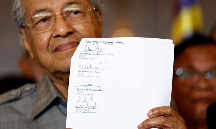 Mahathir Mohamad redevine prim ministru în Malaezia în fruntea unei coalitii de partide de opozitie.