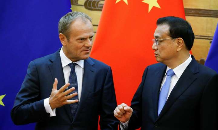 Li Keqiang, primul ministru chinez, alaturi de Donald Tusk, presedintele Consiliului european, luni 16 iulie, la Pakin.