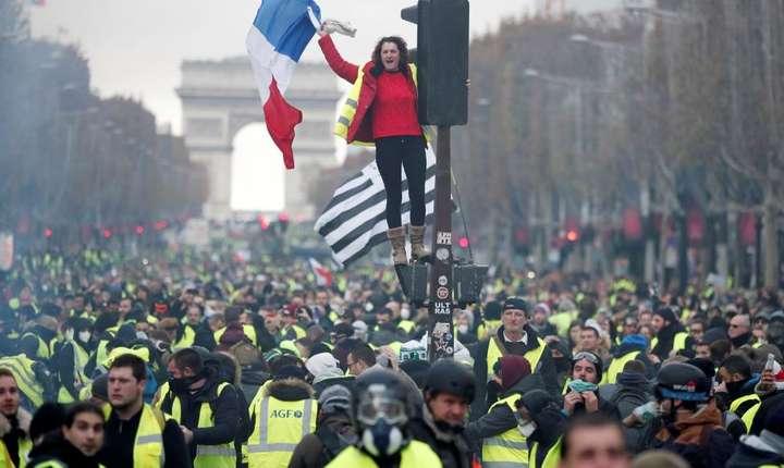 """""""Vestele galbene"""" manifestînd pe bulevardul Champs-Elysées, 24 noiembrie 2018"""