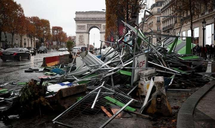 Bulevardul Champs-Elysées după manifestaţiile vestelor galbene pe 25 noiembre 2018
