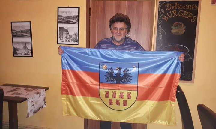 Tudor Duică cu steagul Transilvaniei