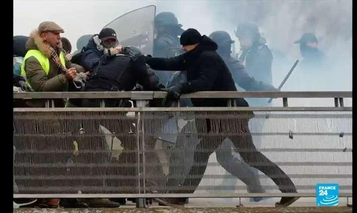 Christophe Dettinger în plină agresiune împotriva unui poliţit