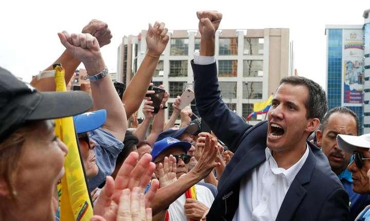 Juan Guaido în mijlocul unor protestatari anti-Maduro, 23 ianuarie 2019