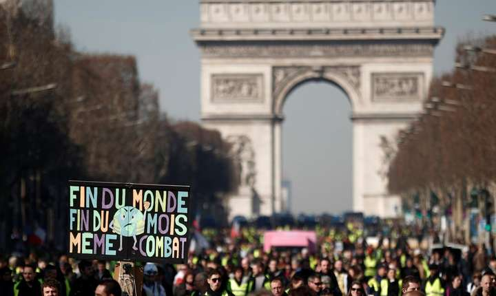 Veste galbene pe Bulevardul Champs-Elysées pe 16 februarie 2019