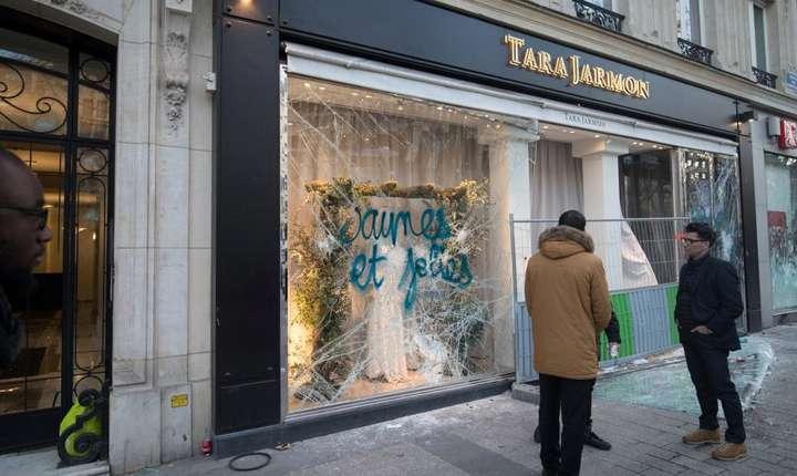 Pe Champs Elysées, după trecerea vandalilor...