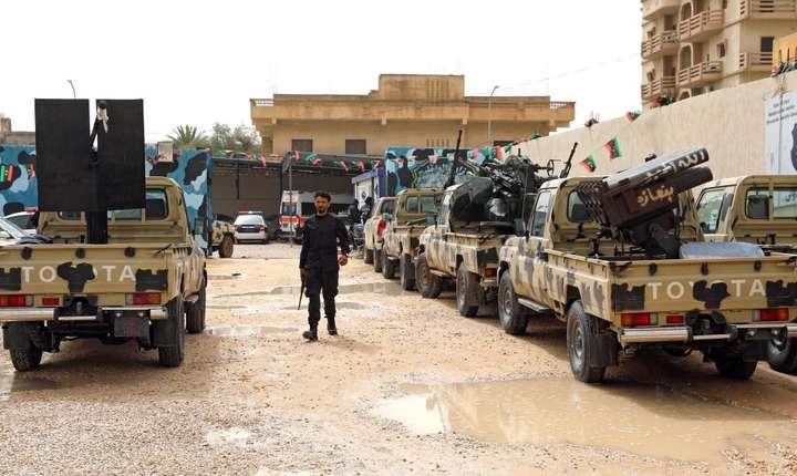 Un membru al trupelor guvernamentale inspectînd vehicole confiscate de la partizanii lui Haftar, la est de Tripoli, 5 aprilie 2019