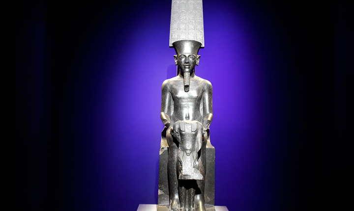 Amon, cel mai important zeu din mitologia egipteanà, pàzindu-l pe Tutankhamon