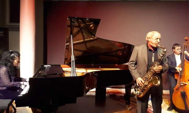 Pianista Ramona Horvath, saxofonistul André Villéger si contrabasistul Nicolas Rageau pe scena Institutului cultural ungar din Paris