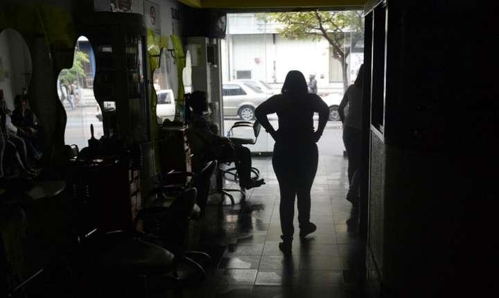 In Venezuela sunt frecvente întreruperile de electricitate, în imagine: un salon de coafură la Caracas, pe 27 iunie 2014