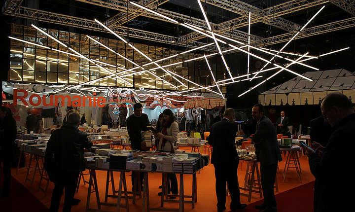 """Standul românesc de la Salonul """"Paris Livre"""" conceput de graficianul si arhitectul Răzvan Luscov"""