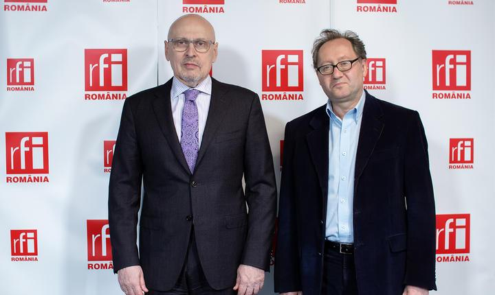 Dan Schwartz si Constantin Rudniţchi in studioul radio RFI Romania la emisiunea Esențial