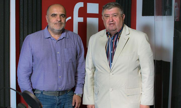 jurnalistul Ovidiu Nahoi și generalul in rezerva Alexandru Grumaz in studioul radio RFI Romania