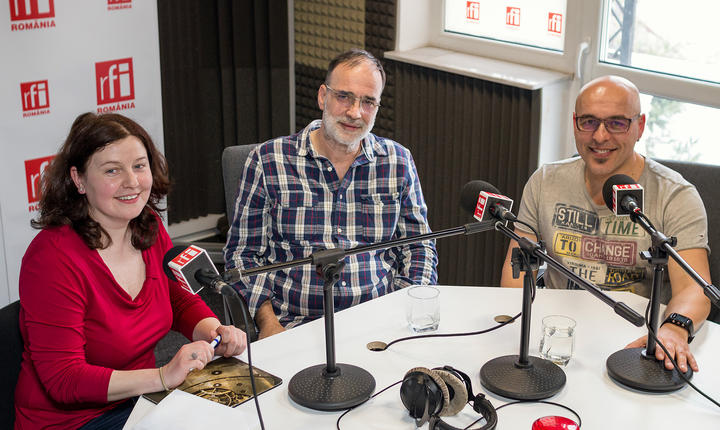 Andreea Orosz, Voicu Rădescu și Marius Vintilă in studioul radio