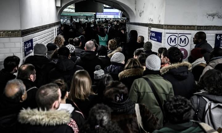 A noua zi de greva generala în Franta- vineri, 13 decembrie 2019 - transporturile în comun din Paris sunt în continuare blocate. Functioneaza doar 2 metrouri si mai putin de 50% din reteaua de autobuze.