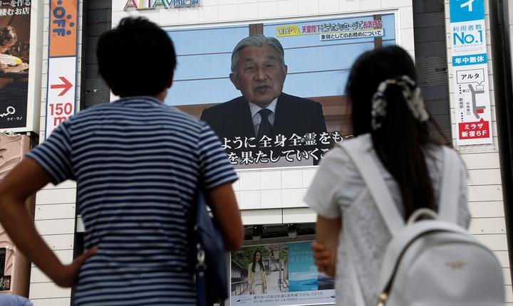 Oamenii urmăresc mesajul împăratului Akihito, într-un spaţiu public din Tokyo (Foto: Reuters/Kim Kyung-Hoon)