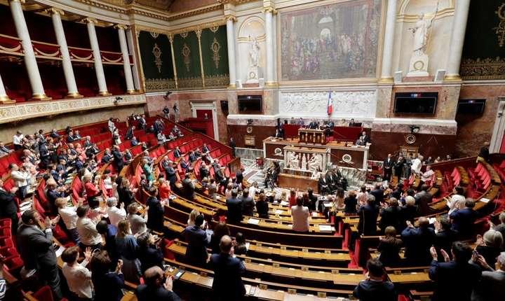 Adunarea Nationala va dezbate marti doua motiuni de cenzura depuse de opozitie împotriva Executivului